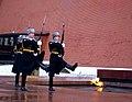 Почетный караул у Вечного огня на могиле Неизвестного солдата в Москве.jpg