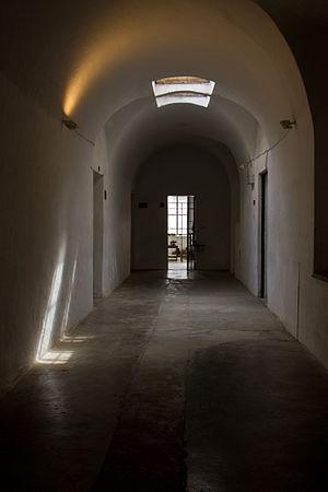 מסדרונות הכלא.jpg