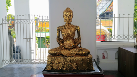 "The gilded ""Emaciated Buddha statue"" in an Ubosoth in Bangkok representing the stage of his asceticism paangbamephythukrkiriyaa praethsaithy.png"