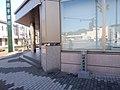 岩手銀行宮古支店前 2011年津波到達の碑 - Panoramio 77624967.jpg