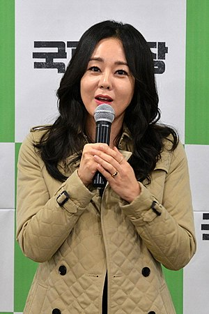 Yunjin Kim - Image: 초록우산 어린이재단 김윤진 홍보대사 기부금 전달식