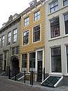 foto van Huis met gepleisterde lijstgevel. Eenvoudige voordeuromlijsting
