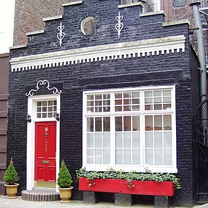 Carriage house - This carriage house in Manhattan has been made over into a single-family home