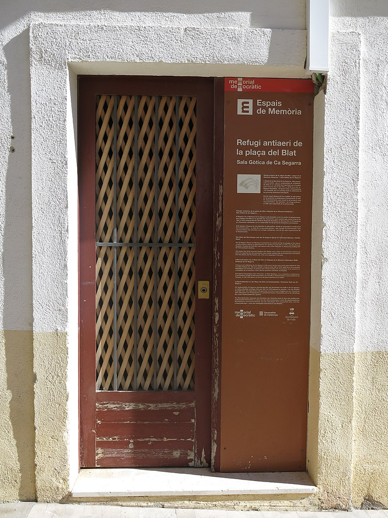 126 Refugi antiaeri de Valls, entrada per Can Segarra, façana de la plaça de l'Església.jpg