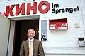 2014-04-02, Staatssekretär Jörg Mielke, Chef der Niedersächsischen Staatskanzlei, vor dem Eingang vom Kino im Sprengel in der Nordstadt von Hannover.jpg