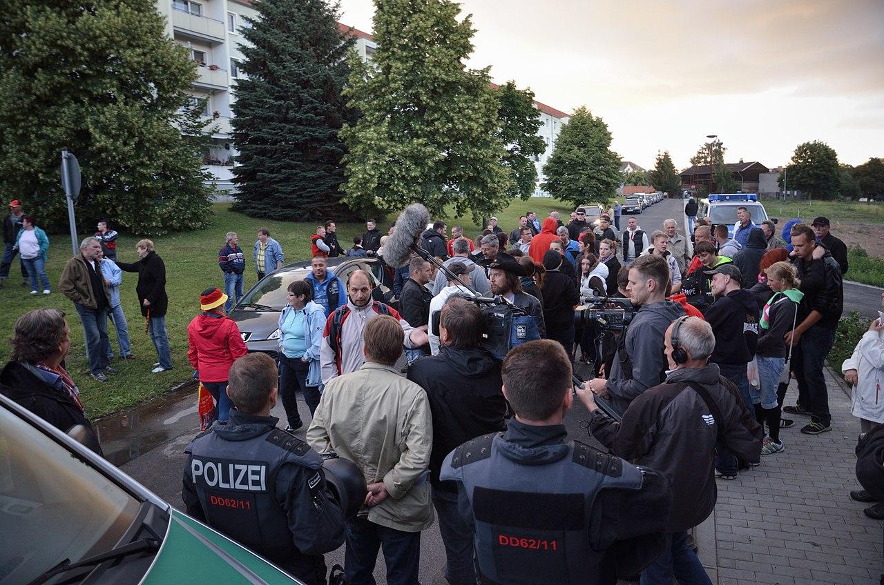 23.06.2015 - Bürgermob in Freital und Gegendemo zum Schutz der Asylsuchendenunterkunft (19114289781).jpg