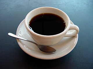 English: A photo of a cup of coffee. Esperanto