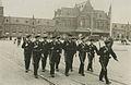 Aankomst van een detachement van de Koninklijke Marine op het stationsplein voor – F40231 – KNBLO.jpg