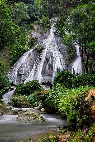 File:Air Terjun Talaga Pange manawarkan keindahan air terjun yang masih alami.jpg