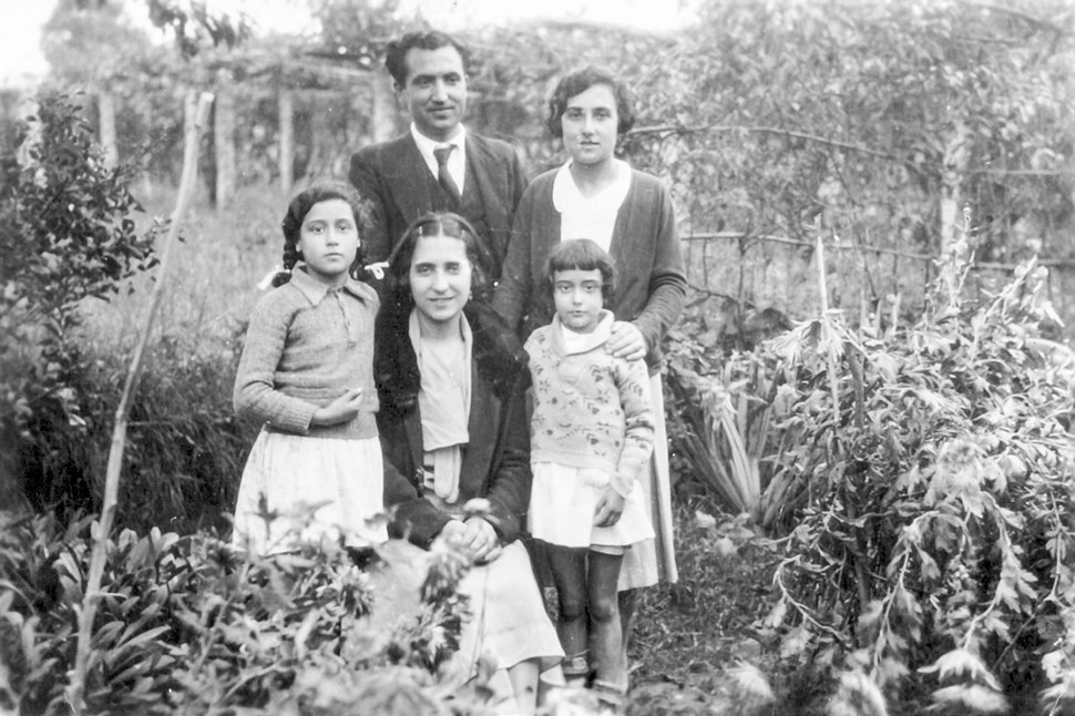 Antón Fraguas Fraguas coa muller, unha cuñada e sobriñas