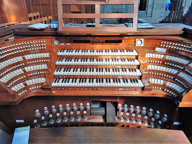 Datei:Antwerpen-Kiel, Christus-Koning (Klais-Orgel, Spieltisch) (1).jpg
