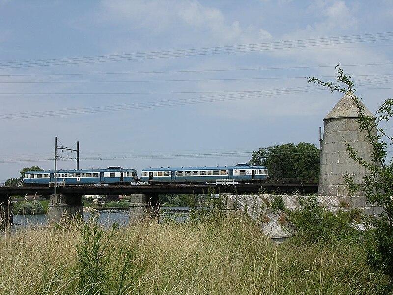 Fichier:Auxonne autorail x2800 sur la pont de la saone.JPG
