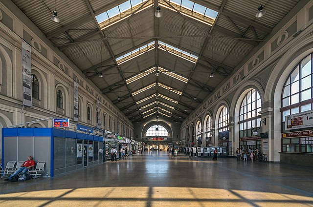 Библиотекарша 640px-Baltiysky_Rail_Terminal_Waiting_Hall