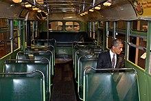 Barack Obama sul bus dove avvenne la vicenda: Parks fu arrestata per essere seduta nella stessa fila in cui Obama è seduto ma sul lato opposto