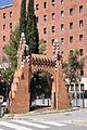 Barcelona, una de les portes del recinte de la Finca Güell, d'Antoni Gaudí (1884) (13653495613).jpg