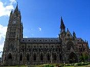 Basílica del Voto Nacional desde el parque (Quito).jpg