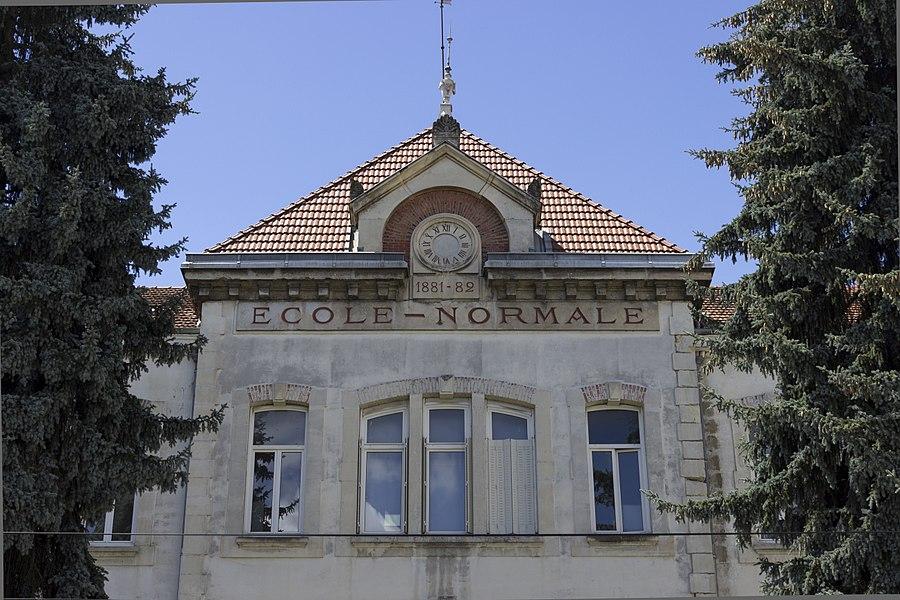 Entrée de l'École Supérieure du Professorat et de l'Éducation (ESPE) de Bourg-en-Bresse, anciennement École Normale ou Institut Universitaire De Formation Des Maîtres (IUFM). Le fronton indique: 1881-82.