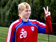 Brek Shea peace sign (cropped).jpg
