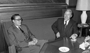 Klaus Schütz - Schütz (left) with Bundeskanzler Helmut Schmidt, 1976