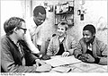 Bundesarchiv Bild 183-1984-1109-001, Ziegendorf, Bürgermeister im Gespräch.jpg