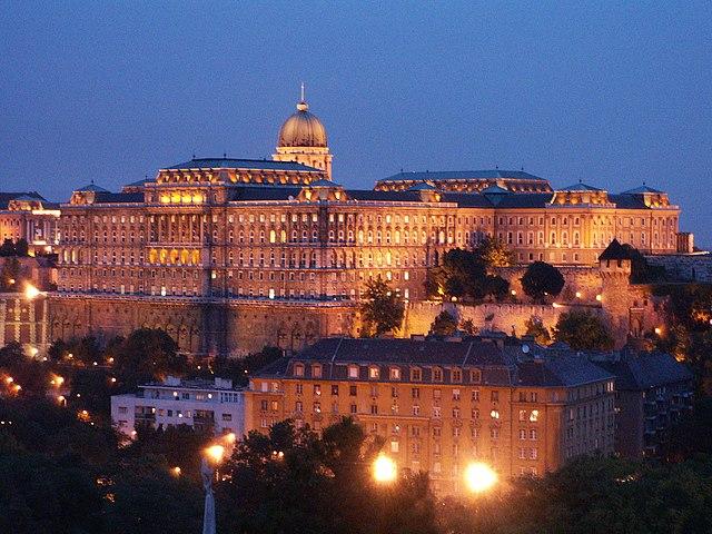640px-Burg_Budapest_bei_Nacht.jpg