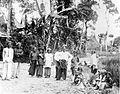 COLLECTIE TROPENMUSEUM Een poserende groep uit Maleisië te Padang Pandjang TMnr 10005028.jpg