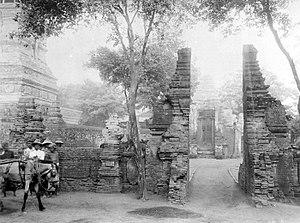 Menara Kudus Mosque - Image: COLLECTIE TROPENMUSEUM Gespleten poort bij de moskee van Koedoes T Mnr 10016516