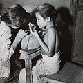 COLLECTIE TROPENMUSEUM Kinderen aan het werk in een zilversmederij TMnr 60052400.jpg