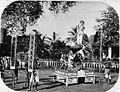 COLLECTIE TROPENMUSEUM Tjin Gé een draagbare praalwagen voor een Chinese optocht met enkele acrobaten. TMnr 60003344.jpg