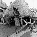 COLLECTIE TROPENMUSEUM Vrouw met kind in een dorp langs de weg van Bongor naar Lai TMnr 20014638.jpg