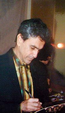 Caetano Veloso, mentre firma un autografo, al Teatro Smeraldo di Milano (1996)