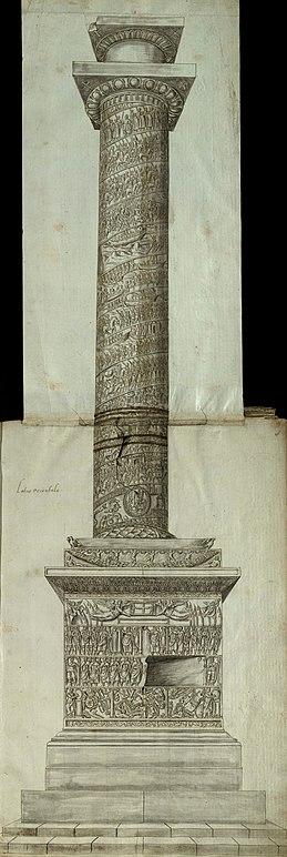 Вид сбоку на Колонну Аркадия с резными рельефами сцен и фигур на постаменте, на цоколе и по спирали вверх по стволу колонны, увенчанной капителью и пустым постаментом статуи