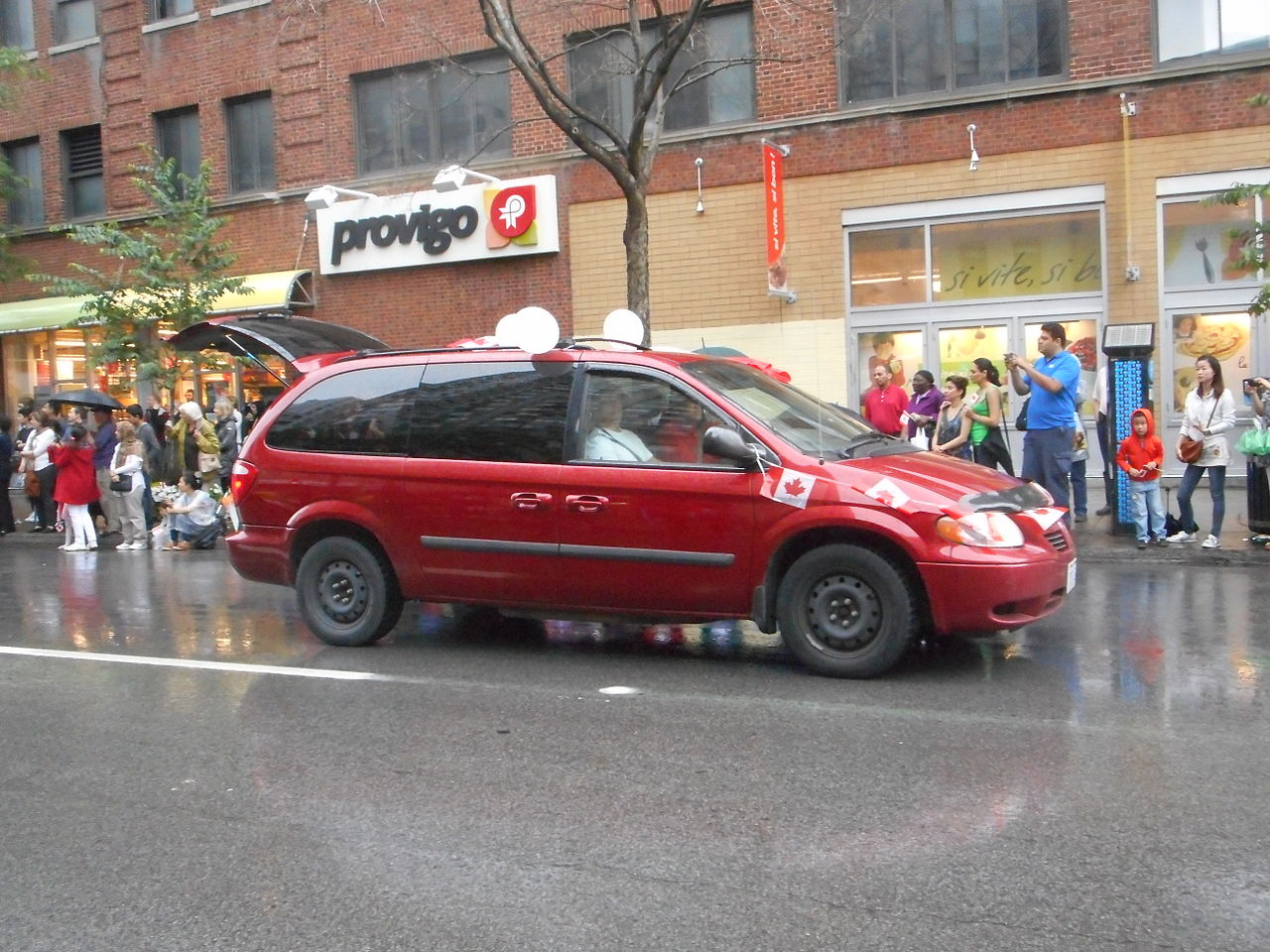 File:Canada Day 2015 on Saint Catherine Street - 091.jpg - Wikimedia