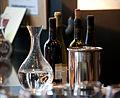 Carafe et bouteilles de vin rouge.jpg