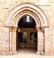 Castel del monte, cortile, portale 02.jpg