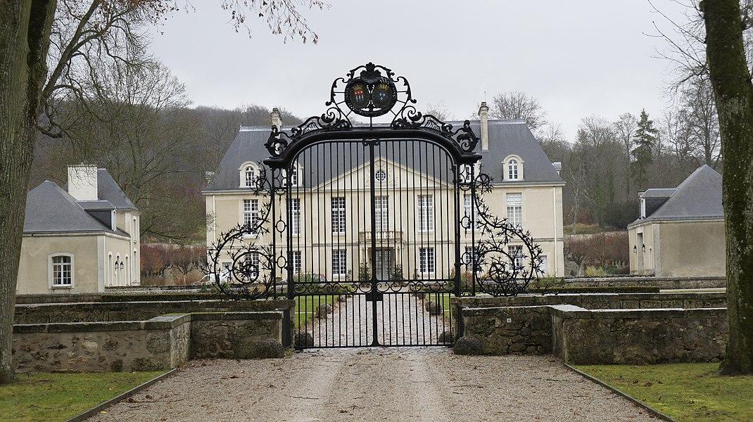 Entrée et allée du château de Louvois et armoiries.