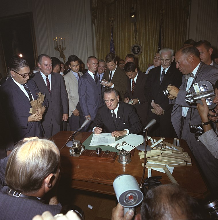 File:LBJ signing Civil Rights Act of 1968 ppmsca.03196.jpg - Wikimedia ...