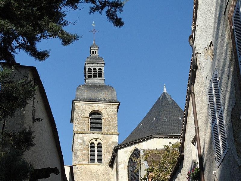 Vue du clocher de l'église abbatiale d'Hautvillers, depuis le chemin qui mène à l'abbaye.