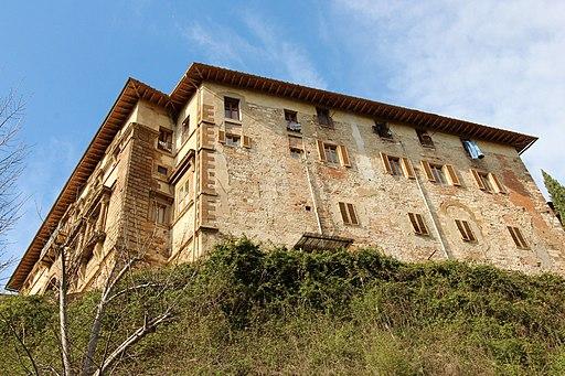 Veduta del Palazzo Campana da sotto il ponte omonimo
