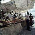 Collectie Nationaal Museum van Wereldculturen TM-20029900 Fruitstal op de markt aan de Ruyterkade Curacao Boy Lawson (Fotograaf).jpg