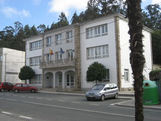 https://upload.wikimedia.org/wikipedia/commons/thumb/4/45/Concello_de_Rois.JPG/320px-Concello_de_Rois.JPG