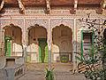 Cour intérieure (Sneh Ram Ladias Haveli, Mandawa) (8430189098).jpg