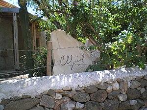 Can Yücel'in Datça'daki evinin bahçesinde, üzerinde imzasının bulunduğu taş.