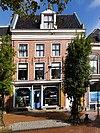 foto van Pand van twee verdiepingen onder dwarskap tussen zijtopgevels (Galerie Jan Kooistra)