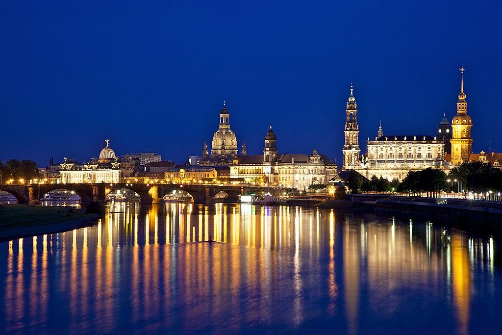 Vue nocturne de Dresden en Allemagne - Photo de Jiuguang Wang