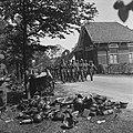 Duitse militairen op weg naar het wapendepot in Soest, waar de Duitsers hun wape, Bestanddeelnr 900-3118.jpg