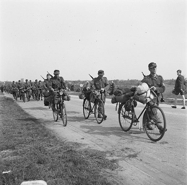 File:Duitser trekken na de capitulatie uit het Gooi weg Rijdend op of lopend naast h, Bestanddeelnr 900-2893.jpg