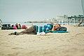Durmiendo en la playa (8307375936).jpg
