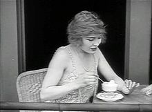 Edna Purviance elokuvassa The Adventurer (1917)