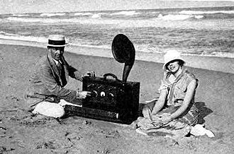 Edwin Howard Armstrong - Armstrong and his new wife Esther Marion MacInnis in Palm Beach in 1923. The radio is a portable superheterodyne that Armstrong built as a present for her.